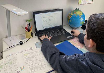 Junge lernt am Computer