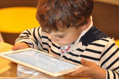 Kind mit Tablet-PC